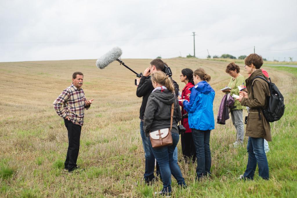 Schreibend, filmend, fotografierend: Das Jounalistenteam mit Noël Genteur am Chemin des Dames. © Gilberto Güiza