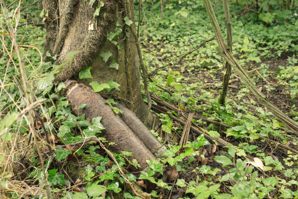 Les agriculteurs de Craonne retrouvent fréquemment des obus intacts datant de la première guerre mondiale. Ils les entreposent dans les bois en attendant la venue du démineur. © Gilberto Güiza