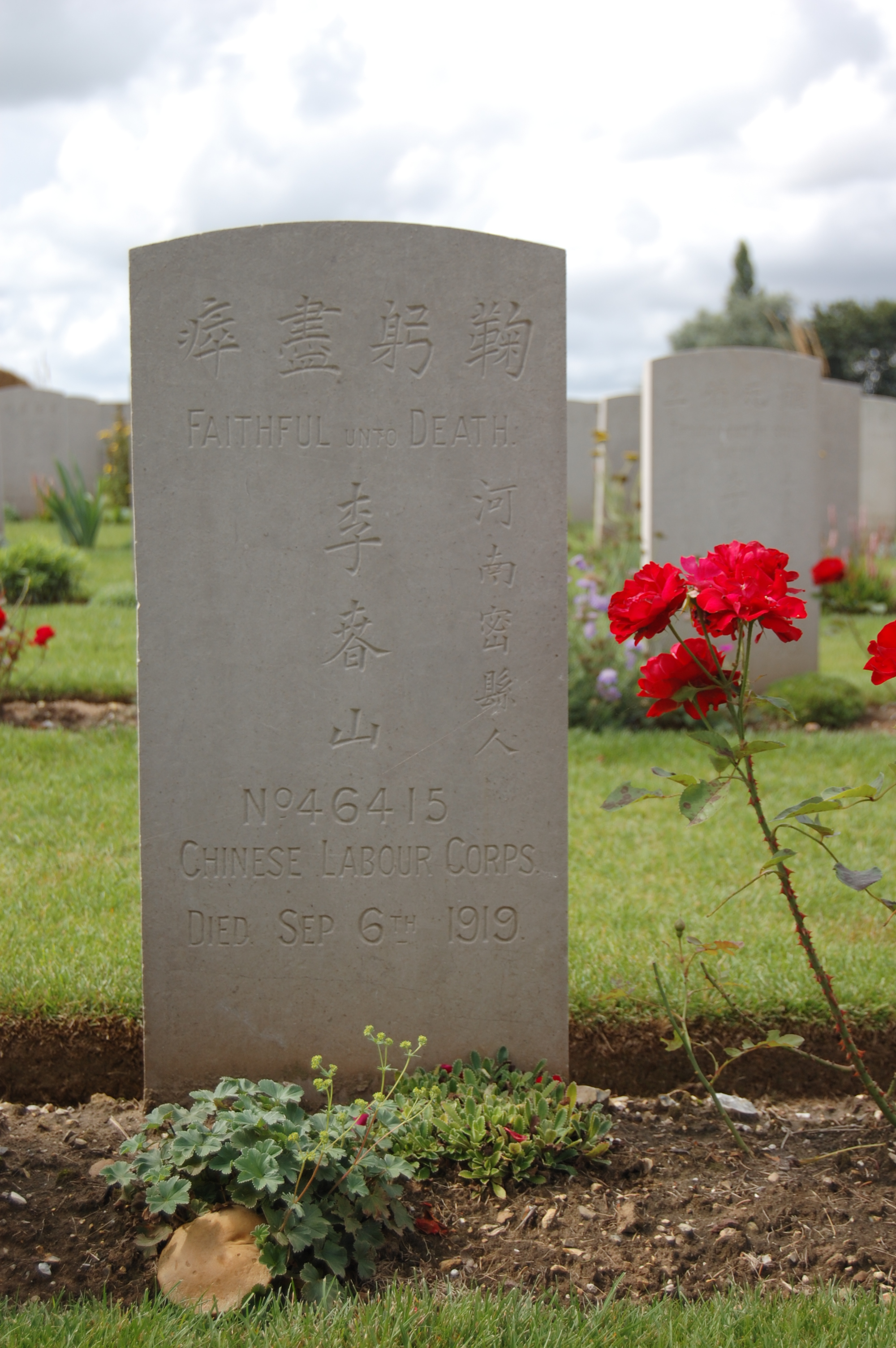 Sur chaque stèle du cimetière est gravée une phrase en anglais, distribuée au hasard parmi les 842 tombes. Ici, l'inscription « Faithful unto death » signifie « Loyal jusqu'à la mort ». © Hélène Herman