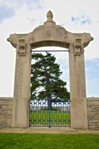 L'entrée du cimetière porte des signes chinois, en l'honneur des 842 hommes morts lors de la première guerre mondiale © Sylvain Godard