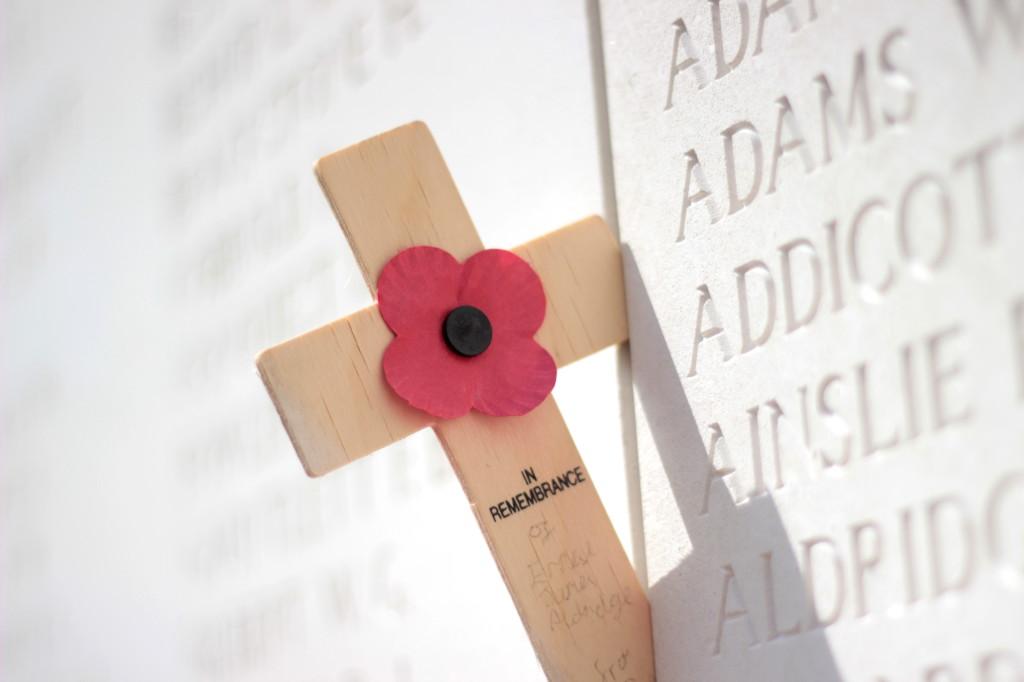 Croix avec coquelicot sur lieux de mémoire