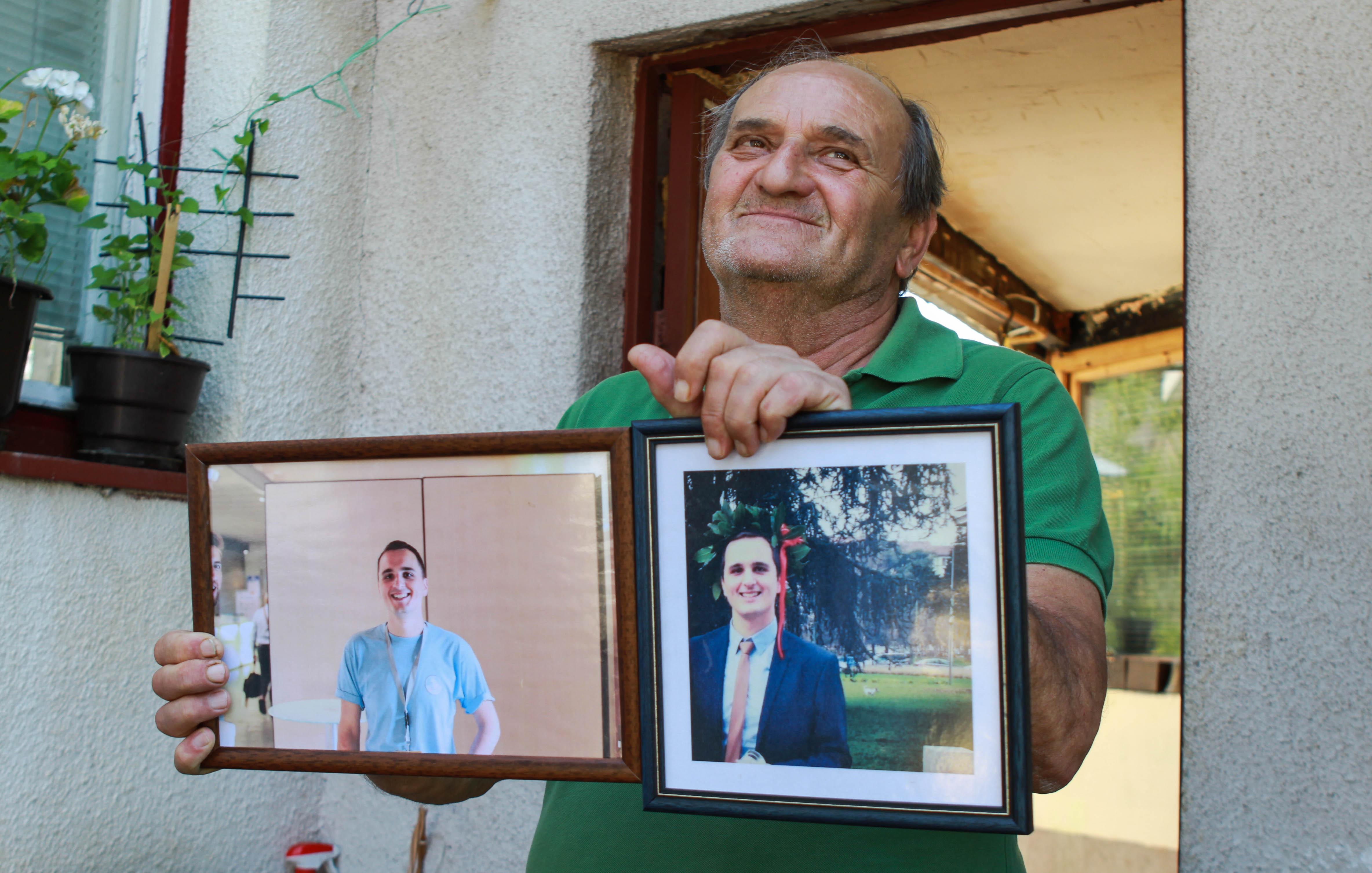 Mickey tient fièrement les photos de son fils parti étudier en Allemagne. Sarajevo, Bosnie-Herzégovine, 2017.