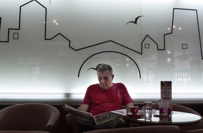 Homme lisant le journal, Mostar, BiH 2017