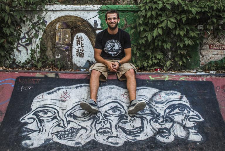 Amar Maksumić sur la rampe du skatepark du centre culturel Abrašević, Mostar, Bosnie-Herzégovine, 2017.