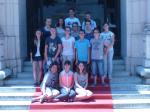 Elèves du collège Jean Rostand de Bellerive-sur-Allier sur les marches du Palais des Congrès de Vichy